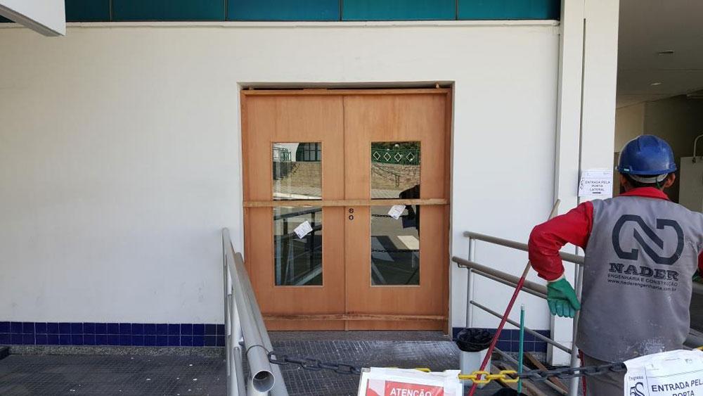 Substituição de porta de entrada de ambulatório Industrial com guarda corpo